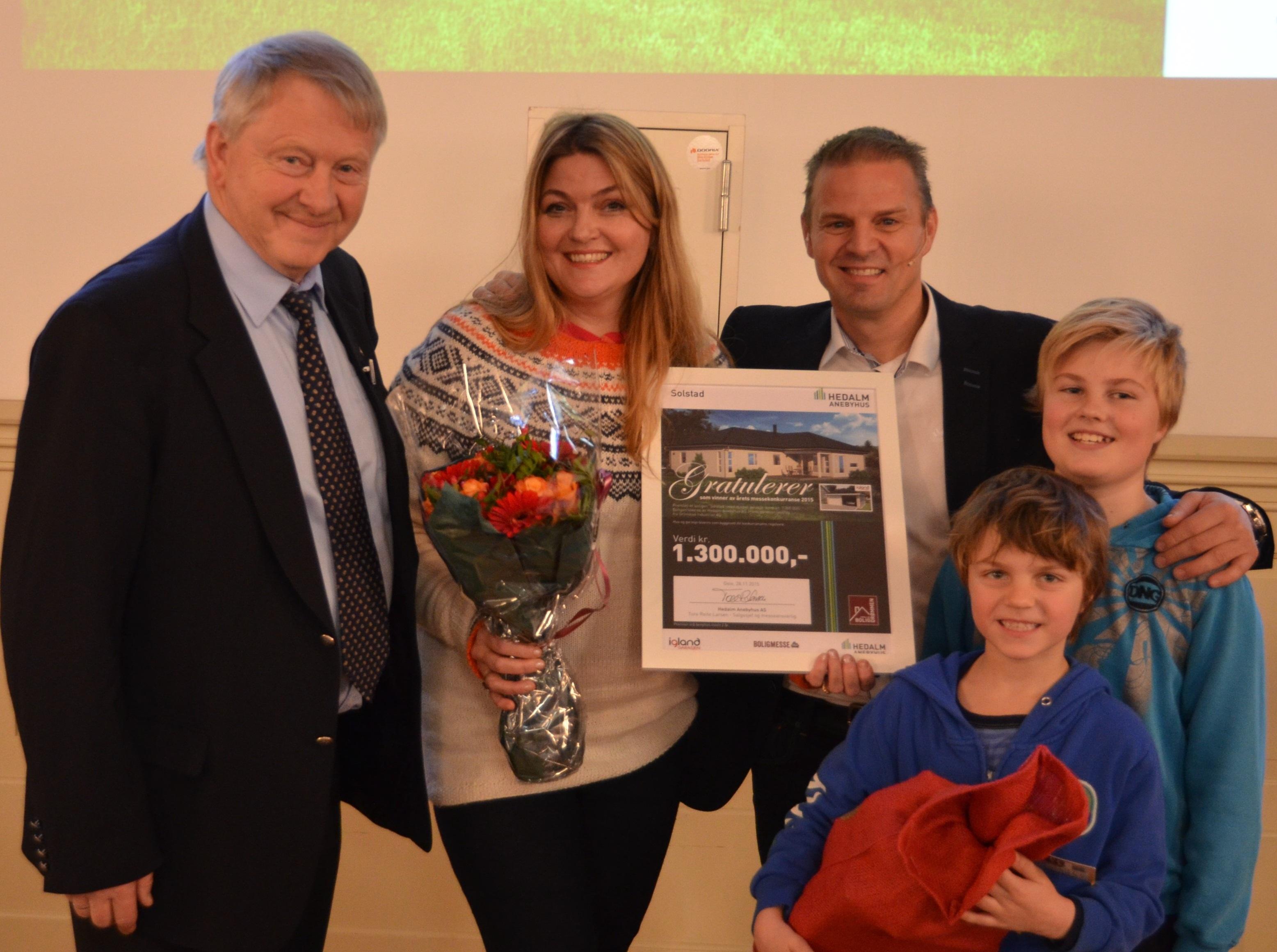 Vinner Ann Beate Methi, her flankert av Tore Reite Larsen fra Hedalm Anebyhus (til venstre), konferansier Otto Robsahm (til høyre), samt sønnene Jarl Magnus Methi og Niclas Methi.