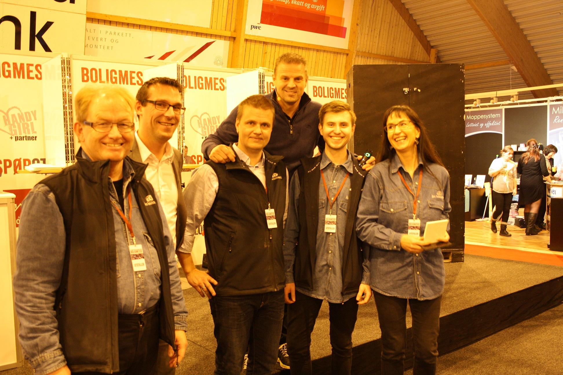 """Fra venstre Magne Tangen, Ronny Bjørnsen (prosjektleder Boligmessen), Tom Ivar Jenssen, Otto Robsahm (kjent som """"Sinnasnekker'n""""), Ole Jørgen Albertsen og Merete Håstø Albertsen."""