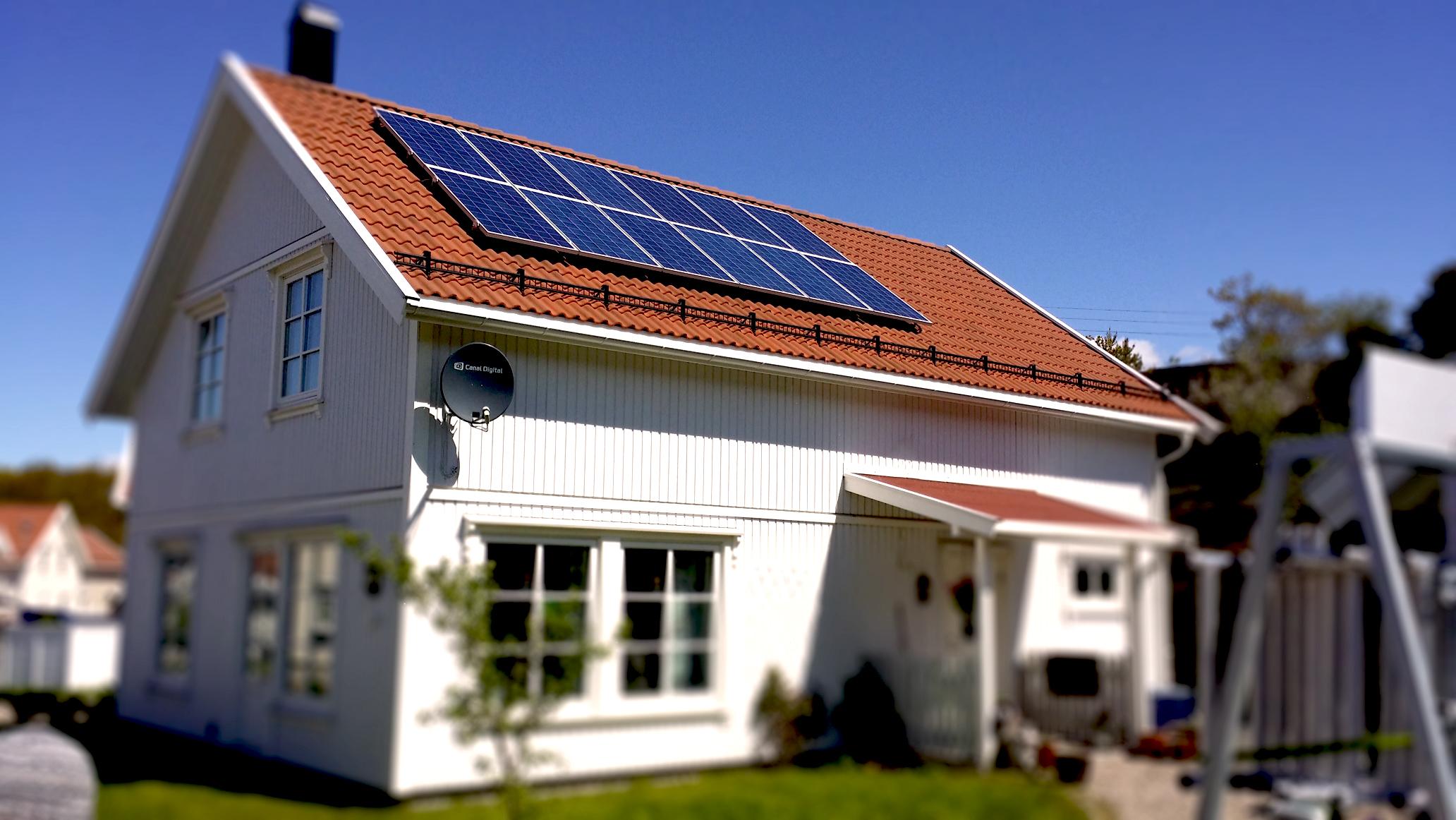 - En typisk boliginstallasjon er 3kW som dekker 20 kvm på taket, og koster ca. 43.000,- kroner etter Enovastøtte, og er billigere for de som bor i Oslo, sier Morten Hagen i strømselskapet Smart Energi.