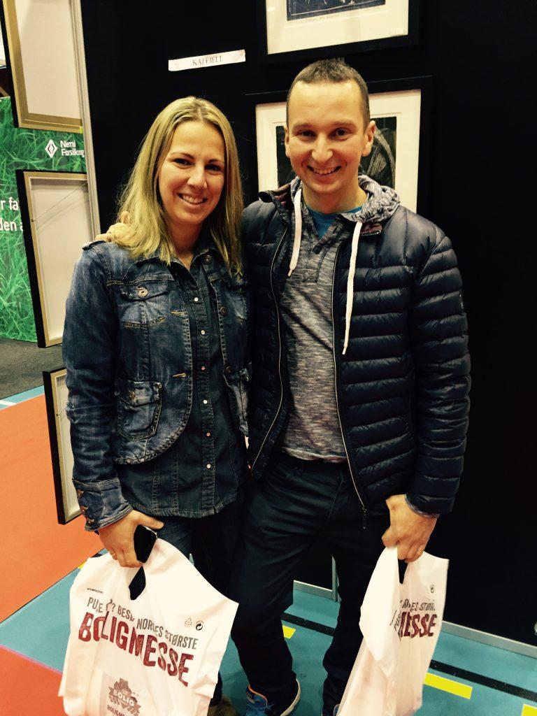 Bilde av ungt par på Boligmesse.